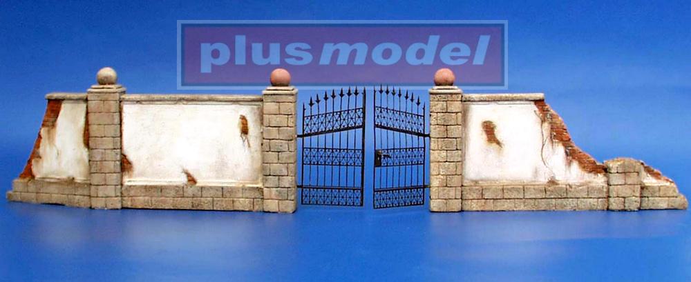 Zeď s kovovými vraty